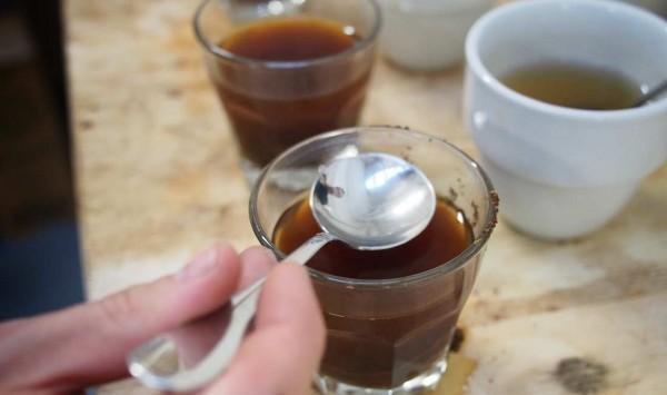 کاپینگ قهوه با قاشق